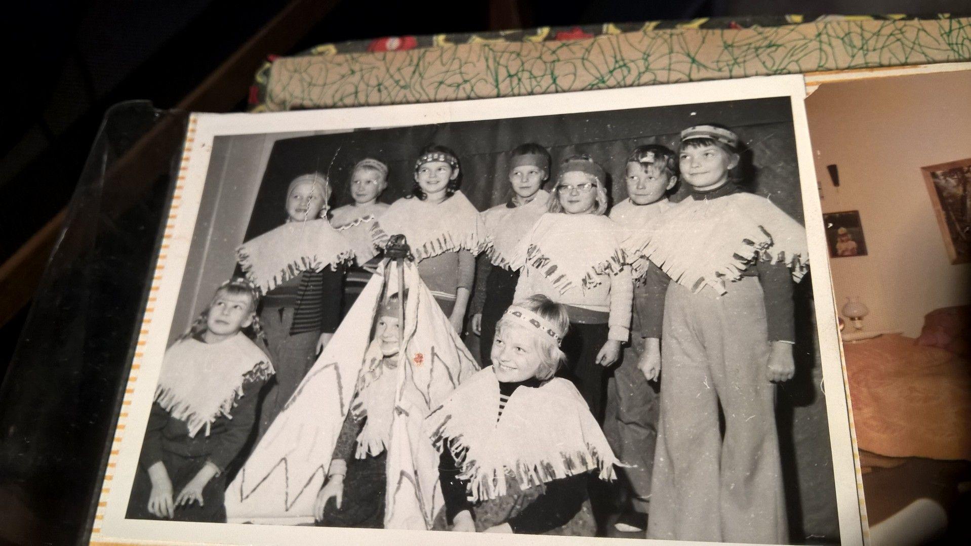 Olen valokuvassa oikealla. Teimme koulun käsityötunnilla intiaanipäähineet, ponchot, ja teltan. Vuosi oli 1974.