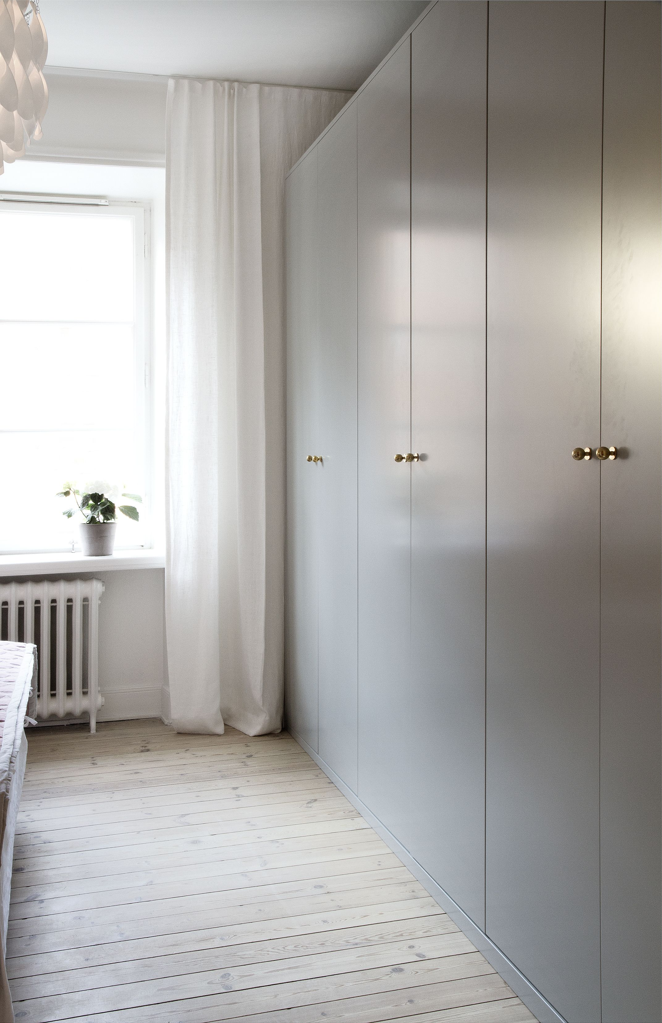 Gråa garderober med mässingsknoppar Våra garderobsdörrar Pinterest Garderober, Sovrum och