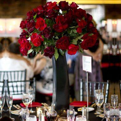 Centro De Mesa Alto Con Rosas Centros De Mesa De Rosas Rojas Decoración De Boda Negra Mesas De Boda