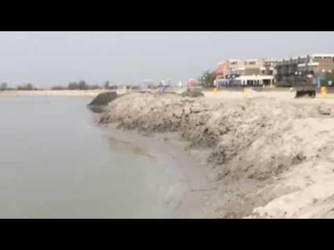 Sand aufschütten am Strand von de Holle Poarte