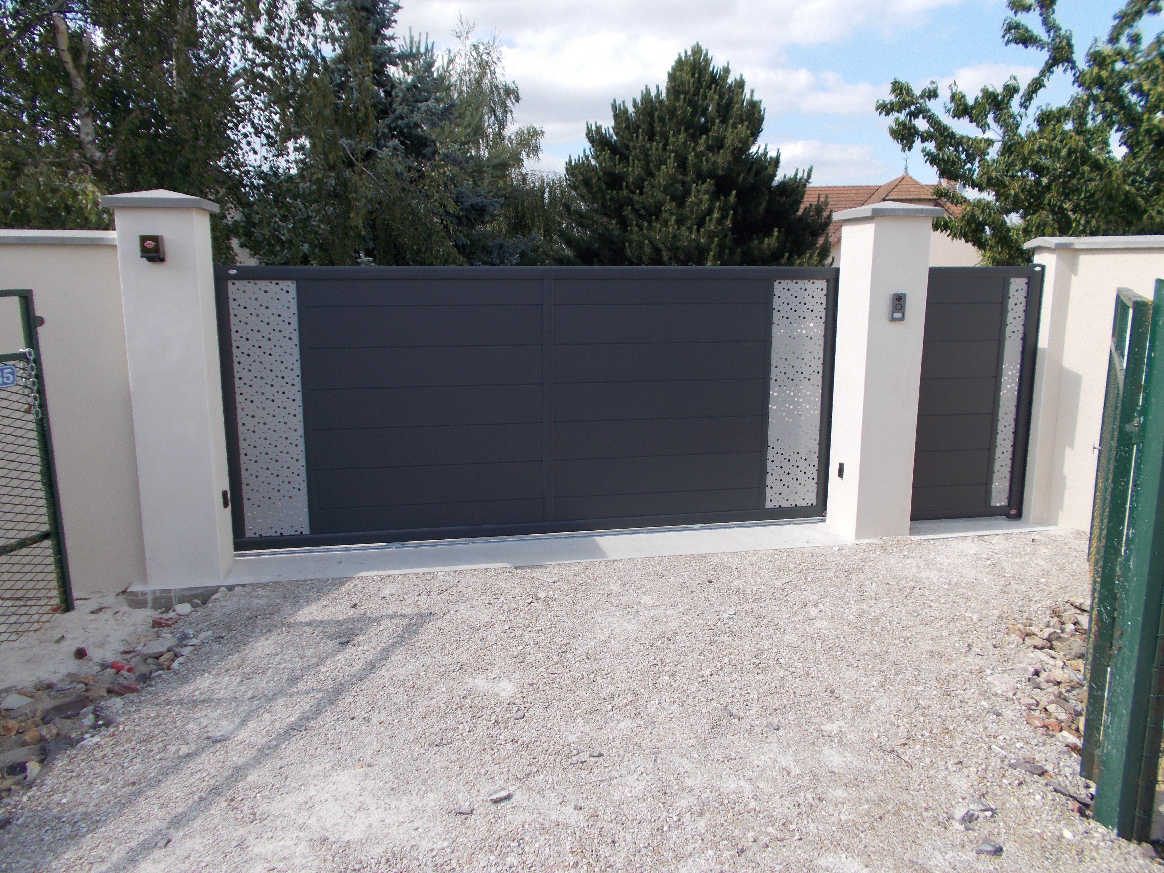 Bicoloration Reussie Sur Ce Portail Coulissant En Aluminium Portail Coulissant Portail Portail Ajoure
