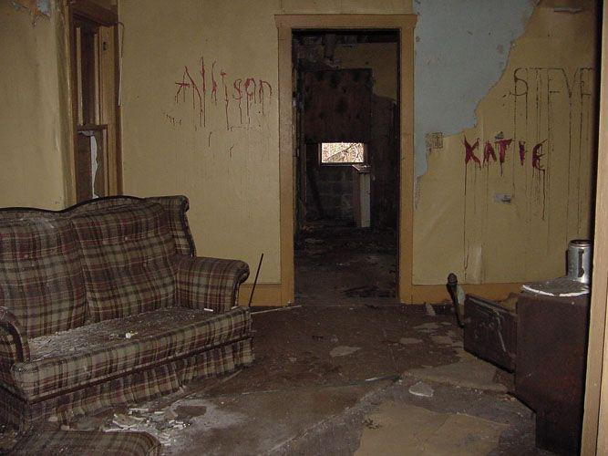 abandon furniture abandoned creepy pinterest abandoned. Black Bedroom Furniture Sets. Home Design Ideas