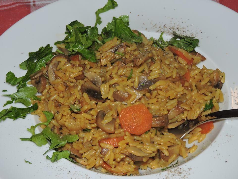 soffritto di cipolla, carote e sedano...poi funghi, riso e brodo...alla fine zafferano nell'ultimo mestolo di brodo.....burro e parmigiano e prezzemolo