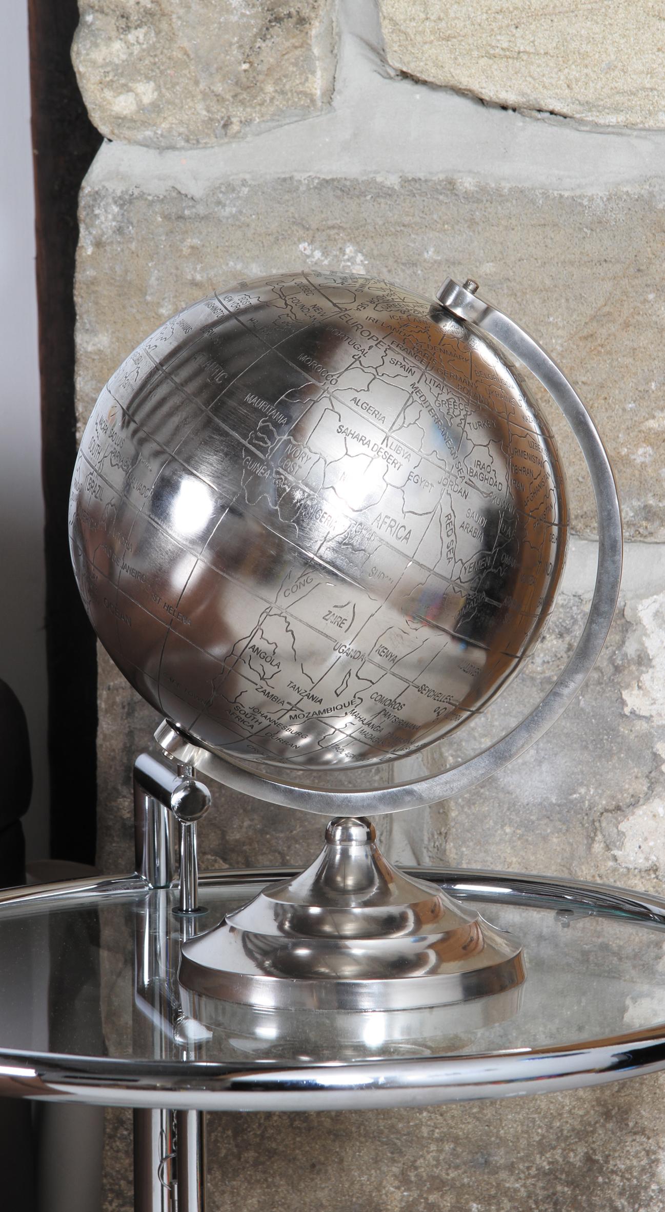 Silberner Globus als Wohnzimmer Dekoration | Trend: Metall ...
