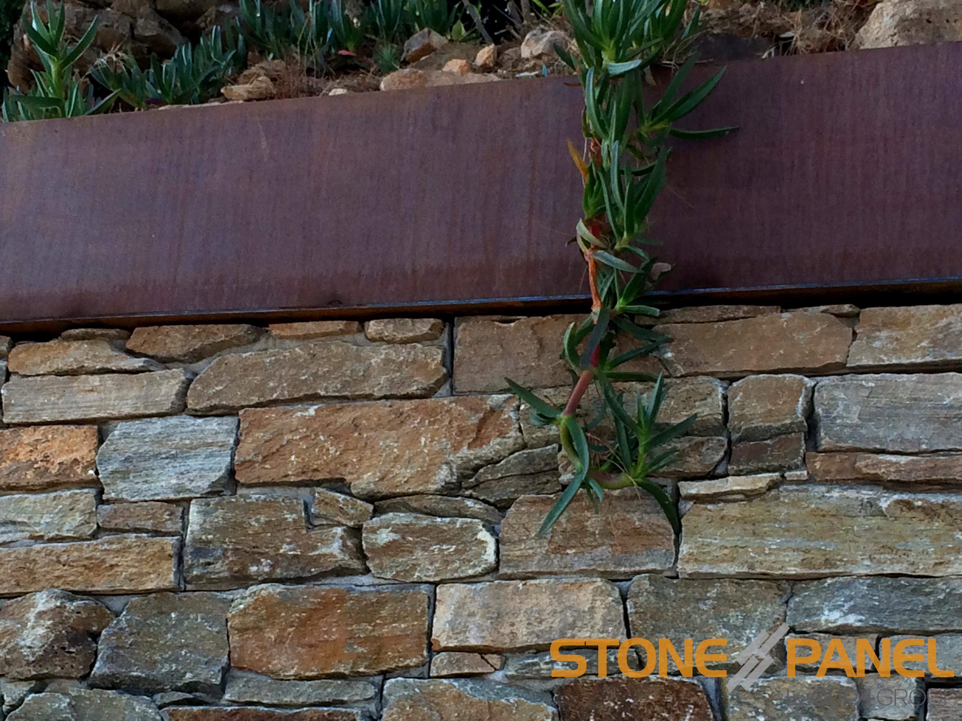 Muro revestido en tamariu girona con paneles de piedra for Decoracion para exteriores