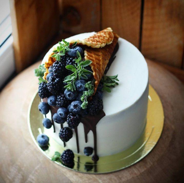 Kuchen: Kuchendekoration mit Blaubeeren #pacificnorthwest Kuchen: Kuchendeko mit Blaubeeren, Brombeeren und einer Eiswaffel #kuchen #kuchendeko #kuchendekoration #blaubeeren #brombeeren