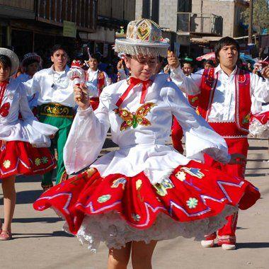 Alumnos bailando una danza a la Virgen de La tirana