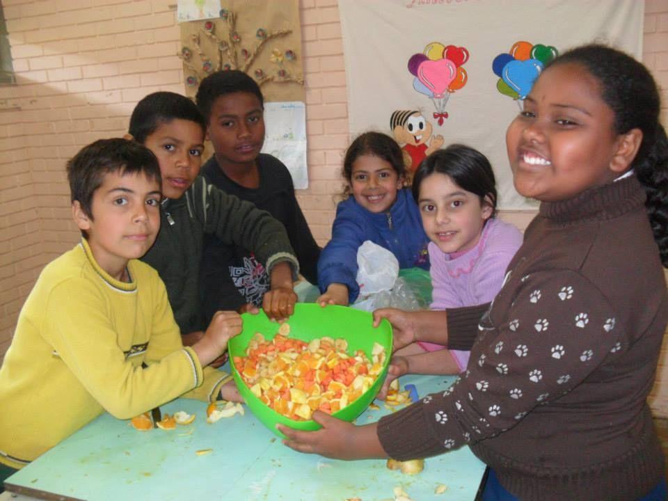 Salada de frutas que os alunos fizeram para degustarem após trabalharmos a receita da mesma. Aprender colocando a mão na massa é muito bom...