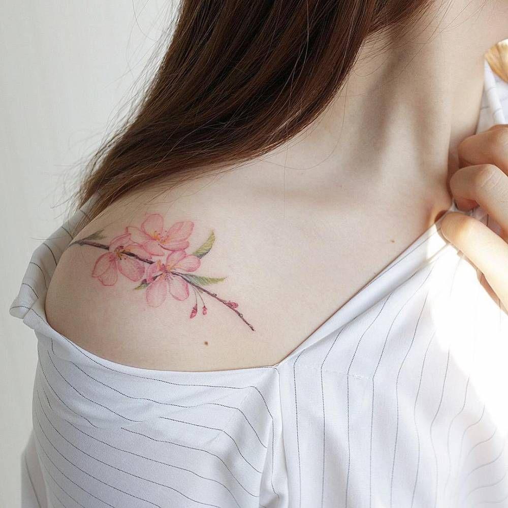 Tatuaje De Unas Flores De Cerezo En El Hombro Derecho Artista