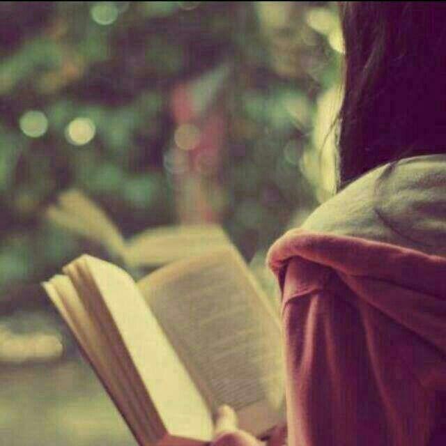 نحن عبارة عن كتاب يقرأوننا يفهموننا بكل سهوله والذين لايقروننا لا يفهموننا طيلت الحياة Girl Reading Book Book Girl Book Photography