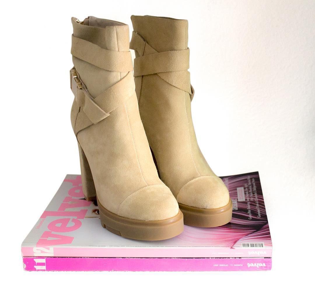 Si ese par de zapatos que quieres te hacen sonreír, realmente valen más de lo que cuestan. 💕⠀ ⠀ #bymareshoes #highheels #heels #shoes #style⠀
