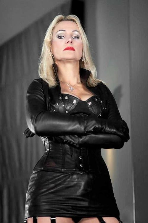 Smoking domme in latex strapon