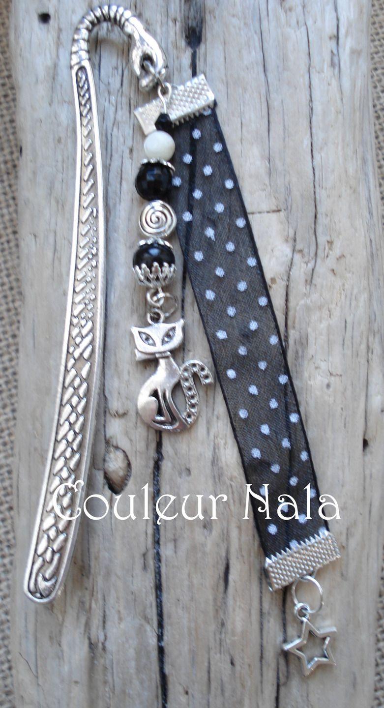 """Marque pages bijoux de 12cm, ruban organza à pois noir et blanc, breloque """"chat"""", perles de verre et métal : Marque-pages par couleur-nala"""