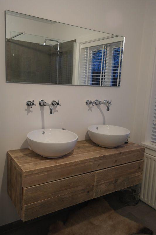 badkamermeubel zwevend van steigerhout met 2 lades naast
