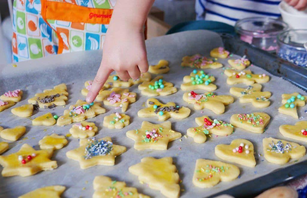 Backen mit Kindern: Butterplätzchen zum Dekorieren   https://familieberlin.de #nikolausbacken