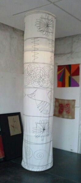Columna decorada con tela pintada