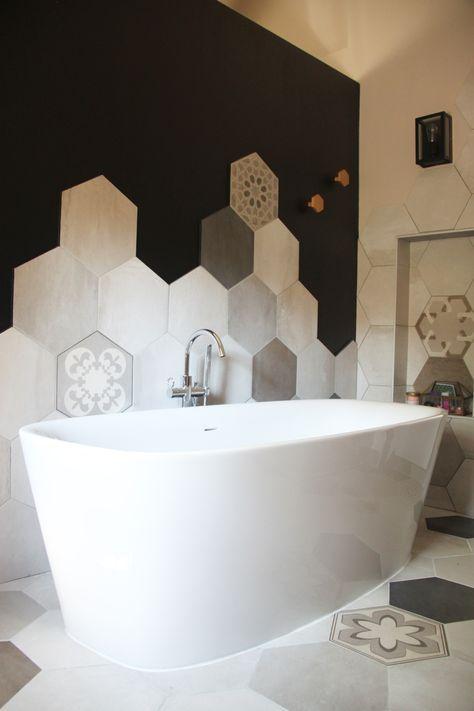 Salle de bain avec une belle baignoire ilot et des faiences en carreaux ciment dispos es de - Une belle salle de bain ...