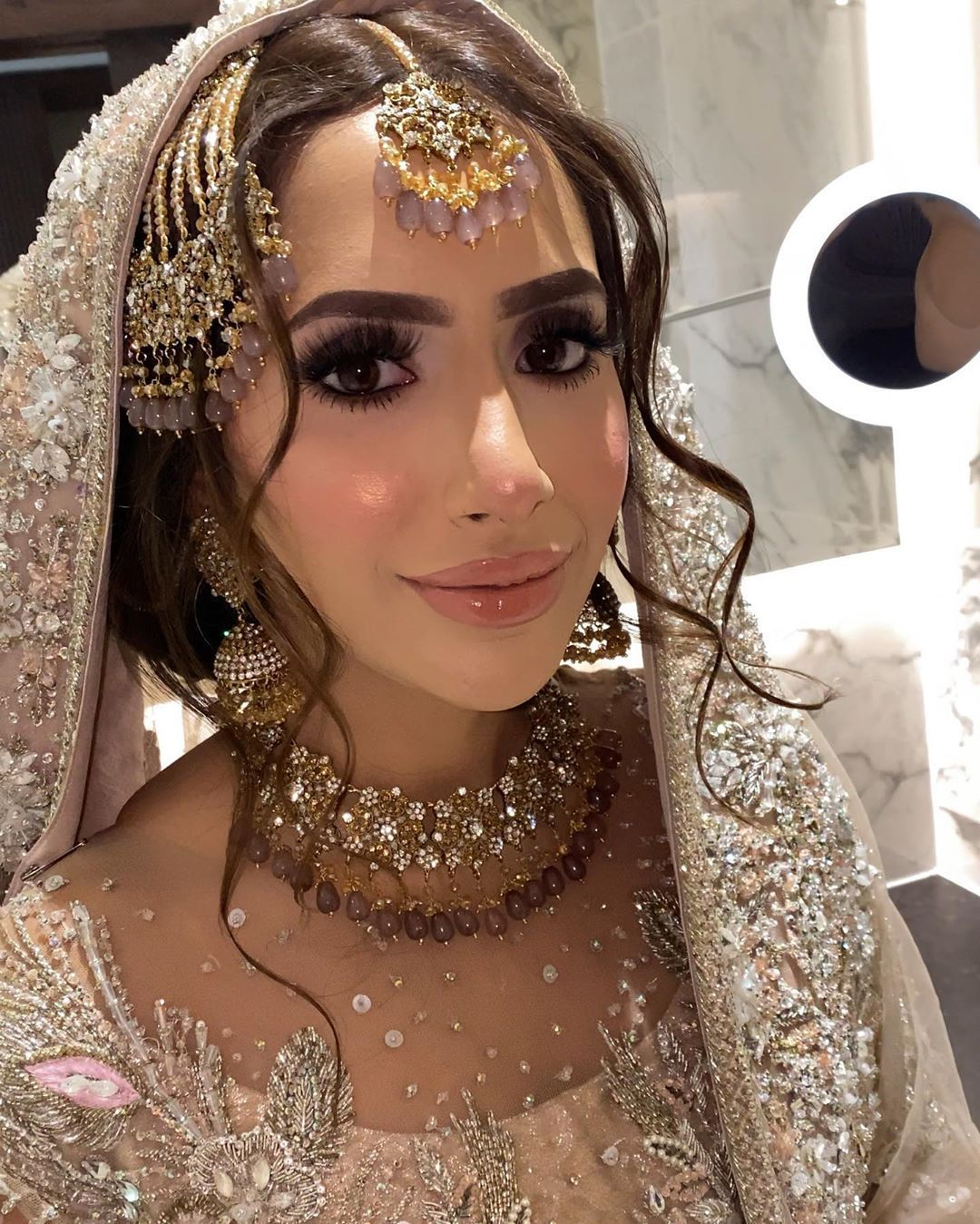 S H A N E E Q On Instagram And Some Pics Natural And Artificial Light Pakistani Bridal Hairstyles Desi Bridal Makeup Pakistani Bridal Makeup Hairstyles
