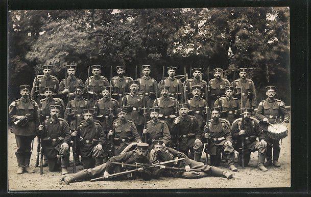 German WW Photo Pc Deutsche Soldaten in Uniform mit Gewehr 88 und Bajonett 71,