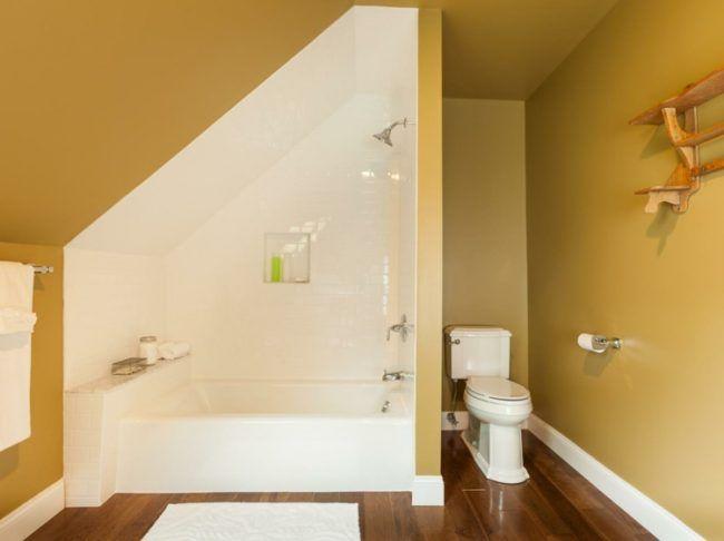 badezimmer mit dachschräge ocker wandfarbe weiss badewanne parkett - parkett im badezimmer