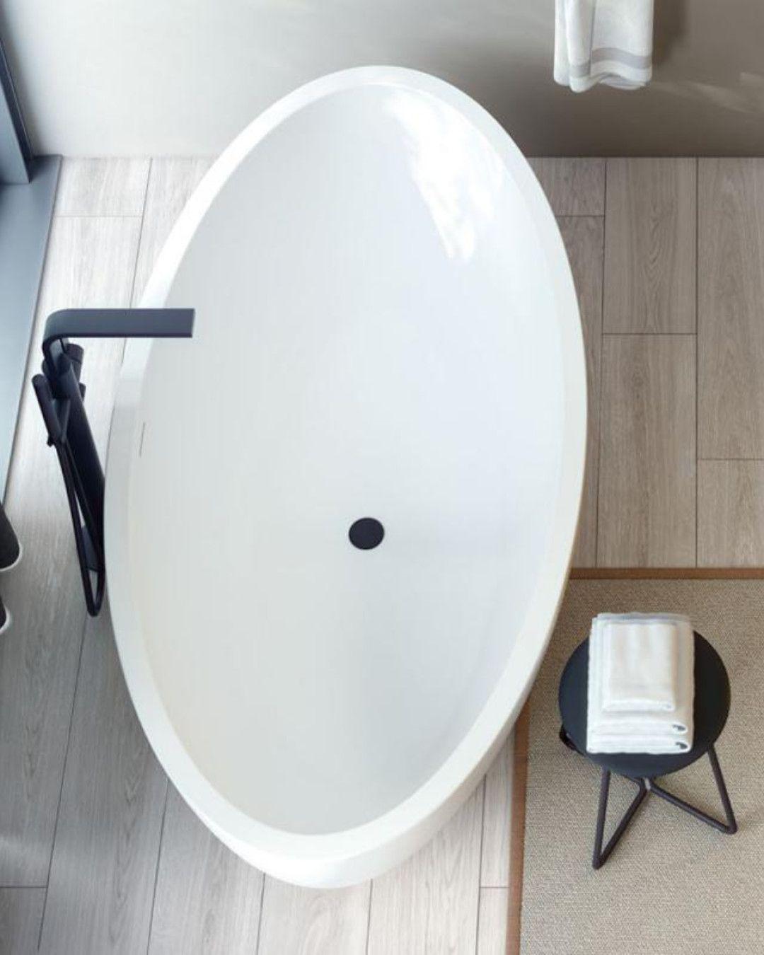 Cosmic Mood Die Freistehende Badewanne Garantiert Entspannende Wellness Momente Im Eigenen Badezimmer Dank Der Zwei Ru Freistehende Badewanne Badewanne Wanne