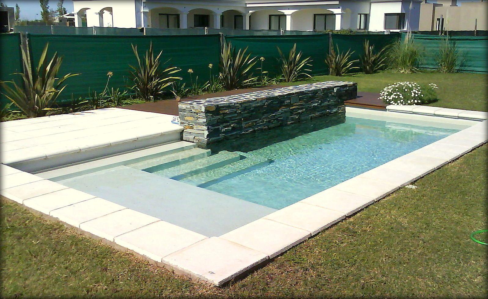 Dise o personalizados canteros revestidos en piedra deck de madera piscina familiar - Piscinas con diseno ...