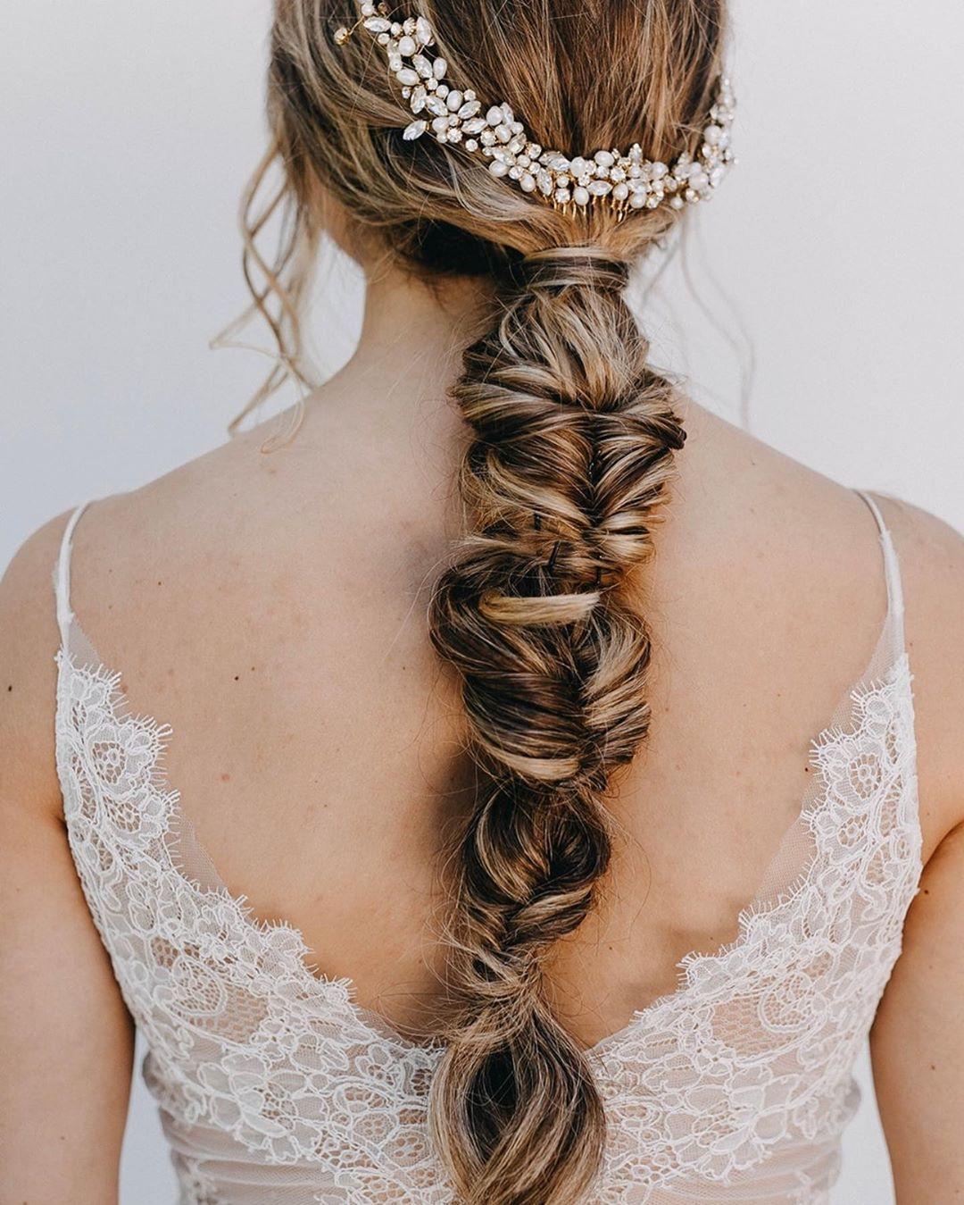 Ob eine schlichte Brautfrisur mit Zopf oder aufwendigere