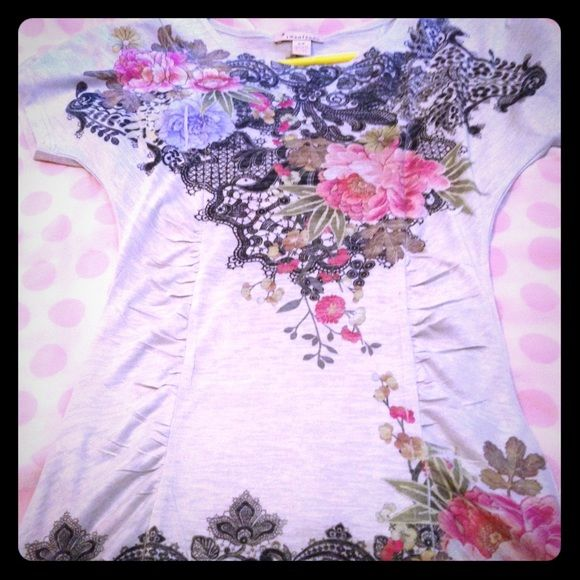 Forever 21 beautiful flower blouse S.  Beautiful blouse perfect summer!  Forever 21 Tops Blouses