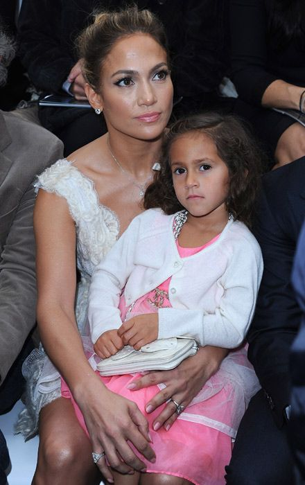 Jennifer López Fiel A Obama Y Madre Coqueta En El Front Row Parisino Jennifer Lopez Celebridades Celebracion