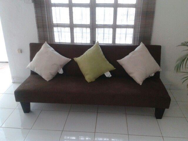Sofa cafe con cojines beige y verde