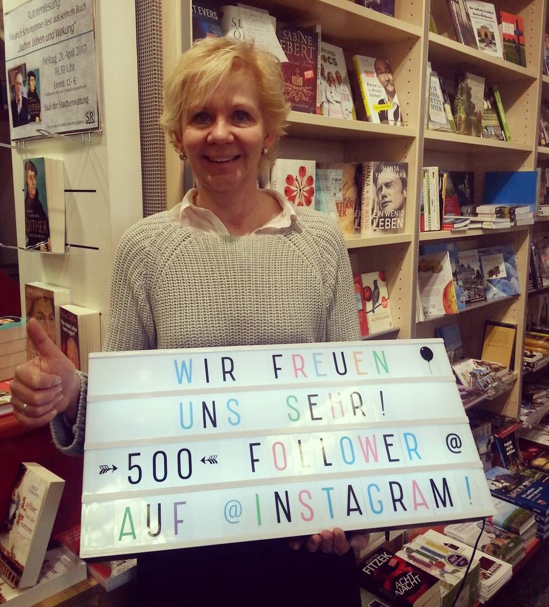 500 Follower !! Die Chefin ist sehr begeistert _ Vielen Dank für eure Unterstützung auf Instagram! Wir erhalten viele liebe Kommentare und Hinweise von euch. Schön dass Ihr uns hier begleitet! _ Als Dankeschön gibt es in den nächsten Tagen eine kleine Überraschung. Seid gespannt! _ #danke #danke500 #500  #buchhandlung #radwer #lesen #bookstagram #bookish #bookstore #lesen #bücherliebe #booklove #books #reading #thanks #happy #freude #glücklich #lieblingsladen #dank #instabook