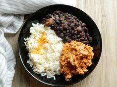 Receta de frijoles negros con arroz y carne guisada :http://recetasabc.com/receta-de-frijoles-negros/