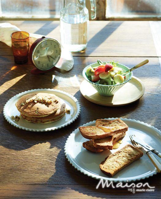 조청을 바른 잡곡 토스트와 과일 샐러드, 퀴노아 핫케이크