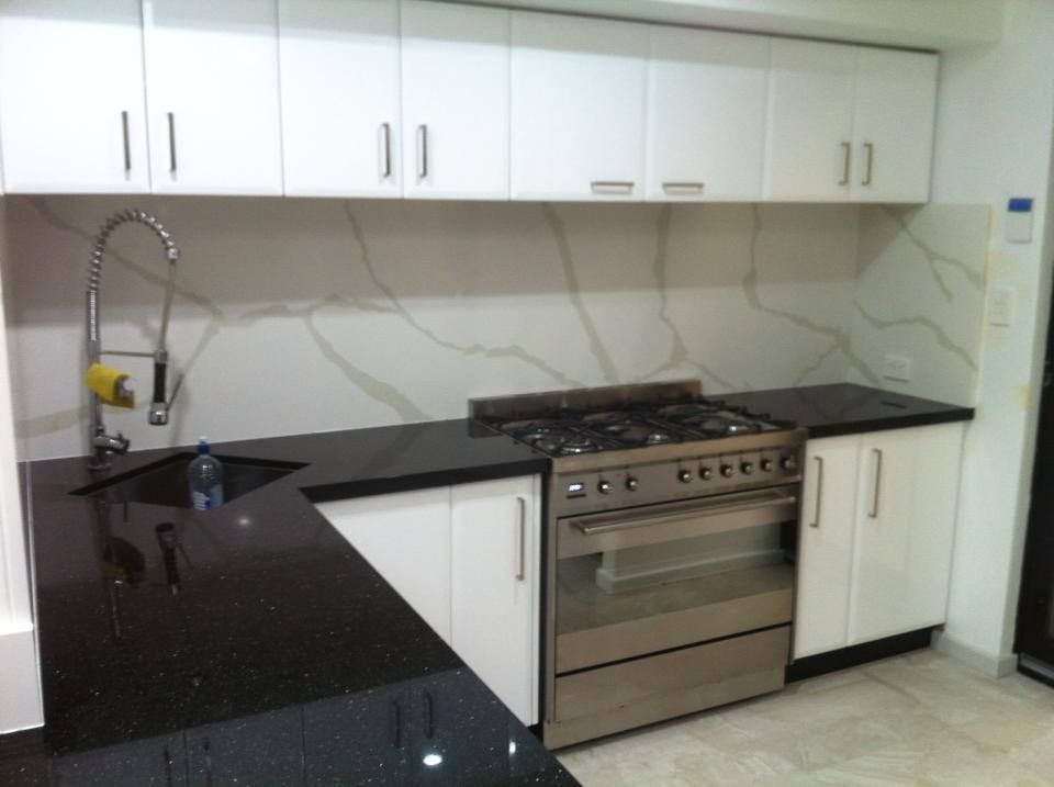 Nice contrast black galaxy granite benchtop teamed back with a reconstituted qantum quartz - Glass splashbacks usa ...