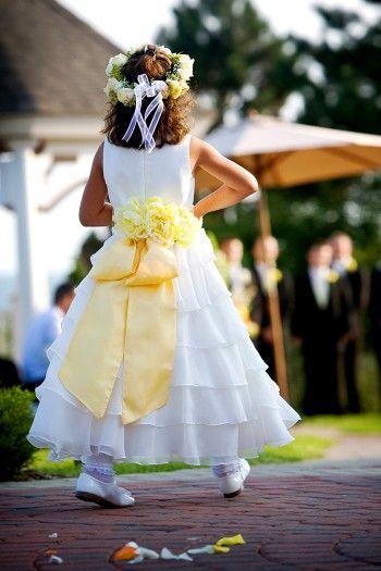 Einfach Total Suss Blumenkinder Auf Der Hochzeit So Macht Ihr Die Kleinen Glucklich Und Sorgt Garantiert Fur Entzuckung Blumenkinder Hochzeit Hochzeit Blumen Madchen Kleider