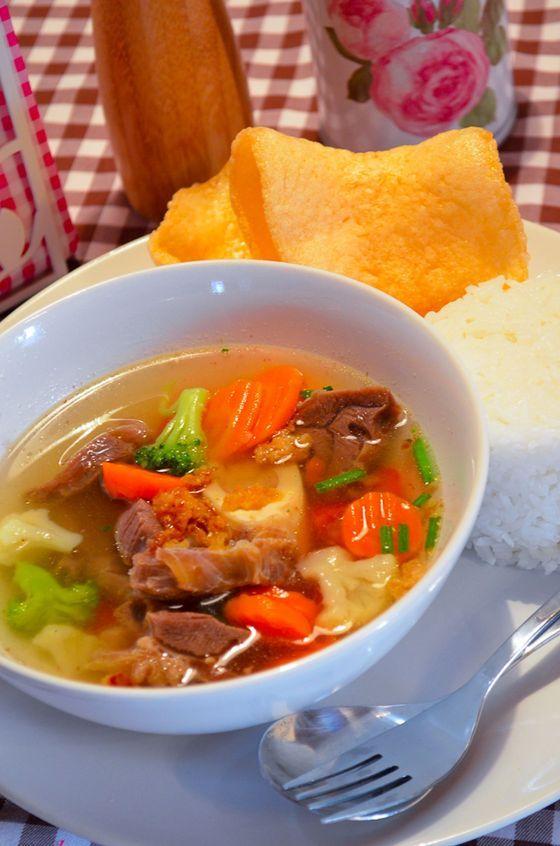 Sop Daging memang paling pas disajikan untuk makan malam, apalagi saat cuaca sedang dingin. Karena tomat dan seledrinya tidak ikut direbus dan disajikan segar, rasanya jadi fresh dan lezat sekali. Cocok disajikan dengan nasi hangat dan kerupuk udang. Selamat makan :)