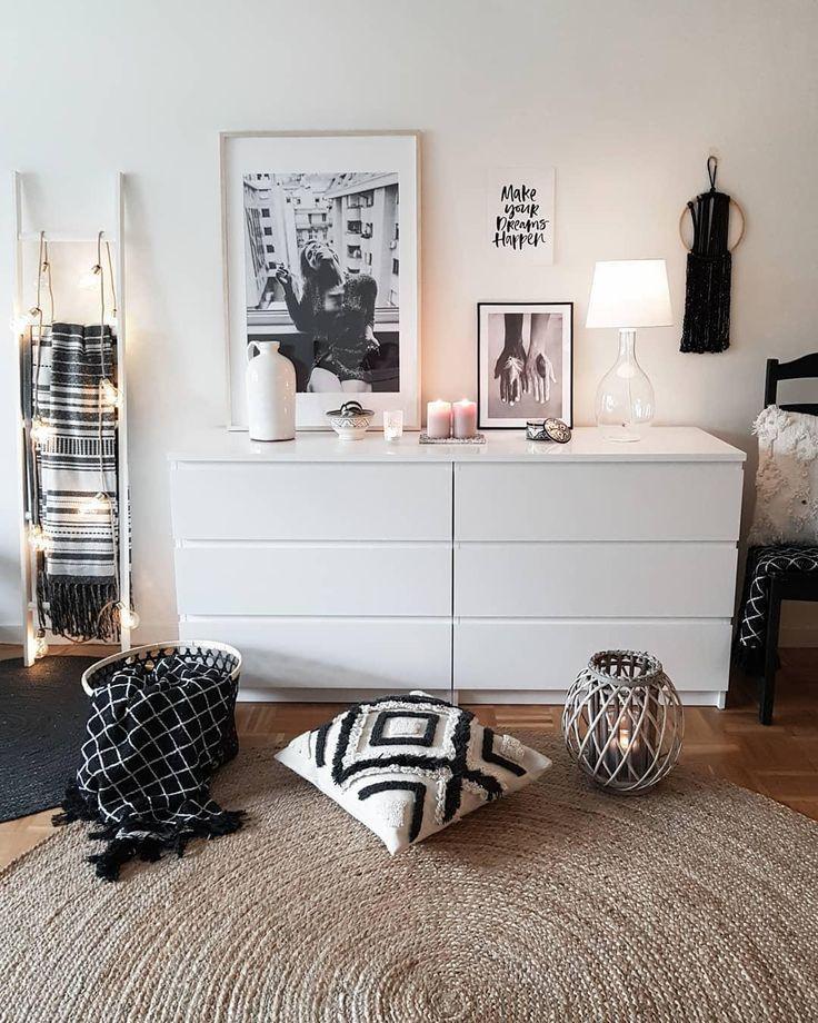 Global Chic! Dieser reduzierte Ethno-Look in sanften Farben sorgt für einen Erwachsenen Weltenbummler-Look in Deinem Zuhause. Sanfte Farben, klare Linien und einzigartige Deko-Pieces sorgen für einen trendigen Mix der zwei Stil-Formen Boho & Modern. Einfach perfekt! // Wohnzimmer Kommode Teppich Kissen Dekoleiter Bilder Kerzen Leuchte Schwarz Weiss Boho Ideen Deko Dekoration #Wohnzimmer #Wohnzimmerideen #Kommode #Teppich #Kissen #Dekoleiter #Bilder #Kerzen #Leuchte #Schwarz #Weiss #Boho @mk.boho