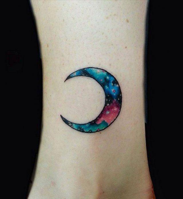id es de tatouages pour le poignet un croissant de lune color truc. Black Bedroom Furniture Sets. Home Design Ideas