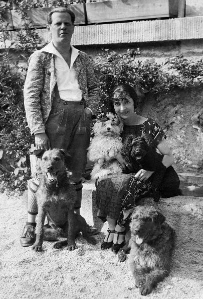 Österreich- mit Ehefrau Schauspieler, Actor, Austria- with wife Fritzi Massary and his dogs in his garden in c.1924
