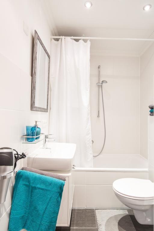 Schönes Badezimmer mit gepflegter Einrichtung und blauen ...
