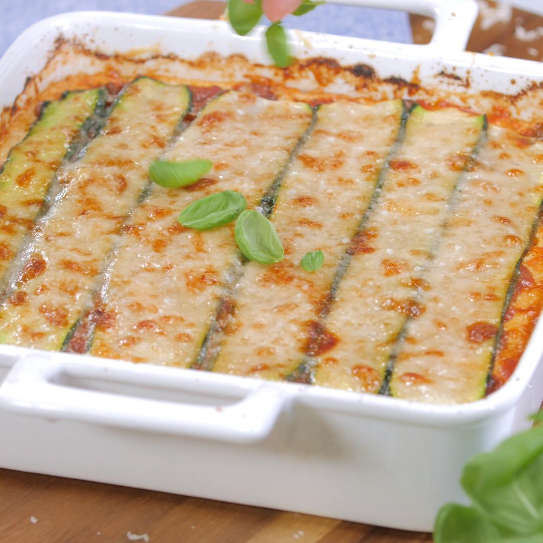 Lasagne hat zu viele Kohlenhydrate? Wir haben ein tolles low carb Rezept des italienischen Klassikers für dich, nämlich mit Zucchini.  #lowcarb #lowcarbrezept #zuchhini #lowcarbdinner #kohlenhydratarmerezepte