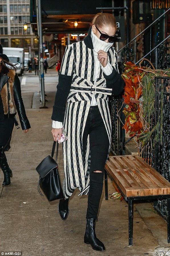 Gigi Hadid New York City December 12, 2016 | Coats, Sunglasses And ... Klax Multi Tool Kombination Axt Hammer