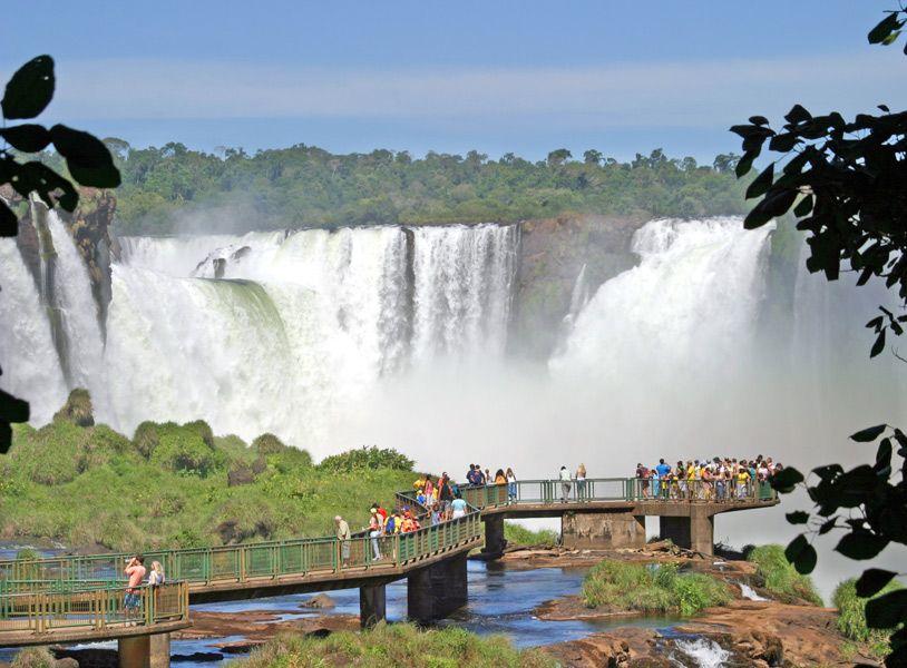 O rio Iguaçu mede 1200 metros de largura acima das cataratas. Abaixo, estreita-se num canal de até 65m. A largura total das Cataratas no território brasileiro é de aproximadamente 800m e no lado argentino de 1900m. A altura das quedas varia de 40 a 80 metros.Dependendo da vazão do rio, o número de saltos varia, atingindo um numero superior a 100 nos períodos de média vasão.