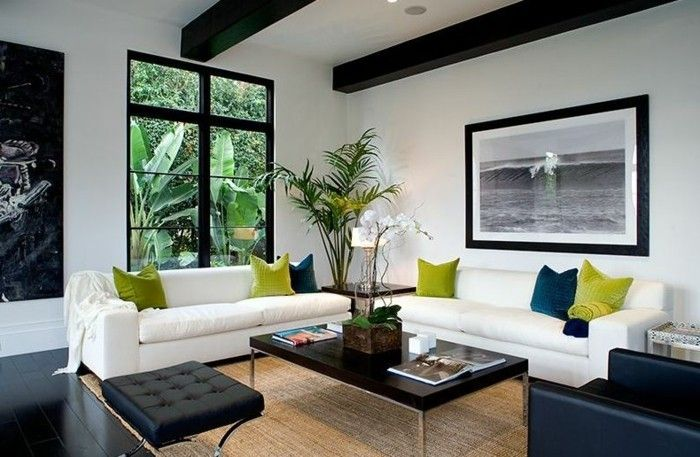 Schönes Wohnzimmer Schwarze Möbel Dekokissen Weiße Wände