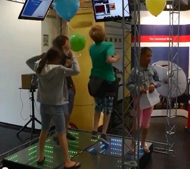 Zelf energie opwekken met deze mini dansvloer. Experiencedag Technische Universiteit Eindhoven op zondag 2 juni 2013.