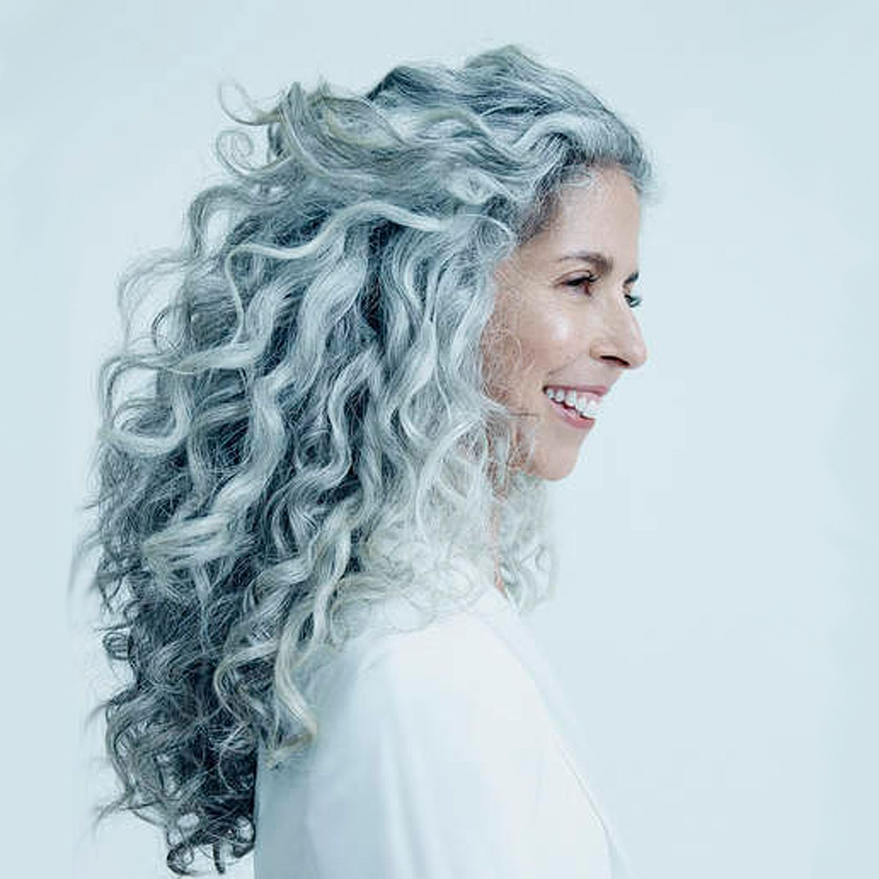 Grey Is The New Black Die Schonsten Frisuren Fur Graue Haare Graue Haare Frisuren Graue Haare Silbergraue Haare