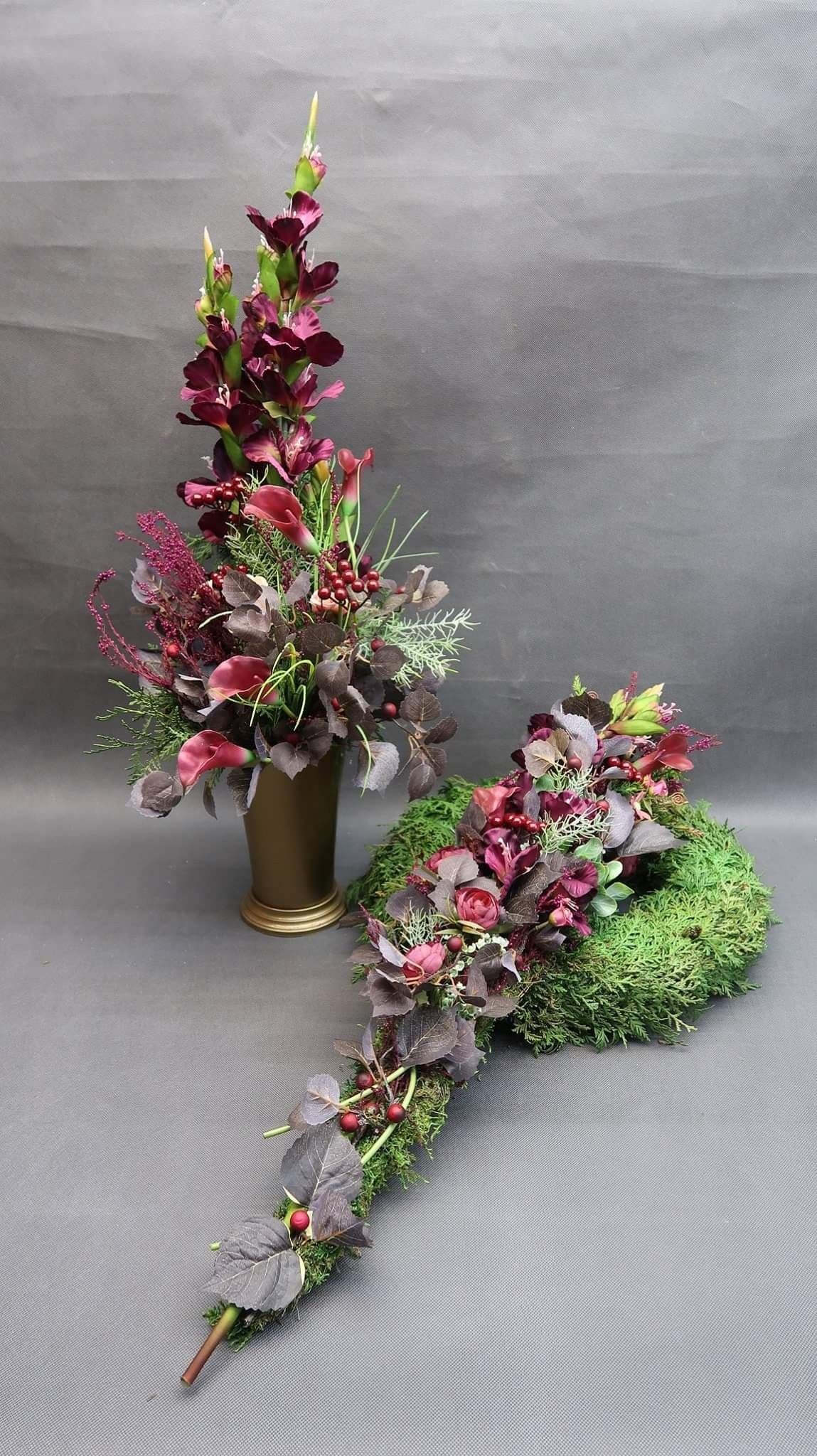Pin By Bea Lukesz On Wience Funeral Flowers Flower Arrangements Cemetery Flowers