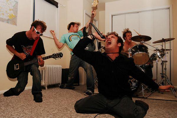 Música Pop é Barulhenta E Sempre Igual, Diz Estudo http://www.ativando.com.br/musica/musica-pop-e-barulhenta-e-sempre-igual-diz-estudo/