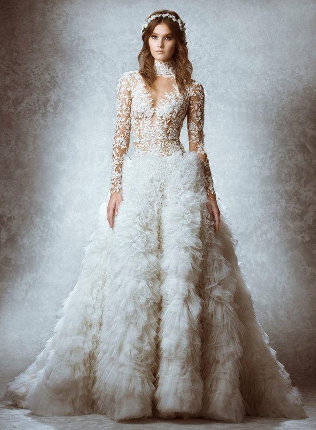 Traumhaftes Brautkleid in Weiß mit Oberteil in Spitze und gerafftem ...