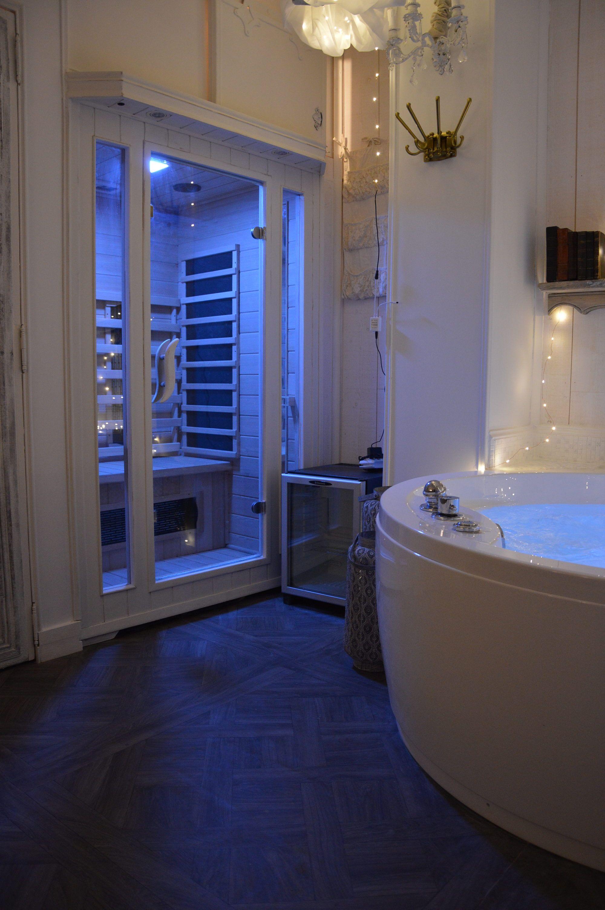 Chambre A Louer A La Nuit Dans Le Centre Historique D Aix En Provence Sauna Et Baignoire Balneo Jacuzzi Privatif Chambre A Louer Decoration Maison Shabby Chic